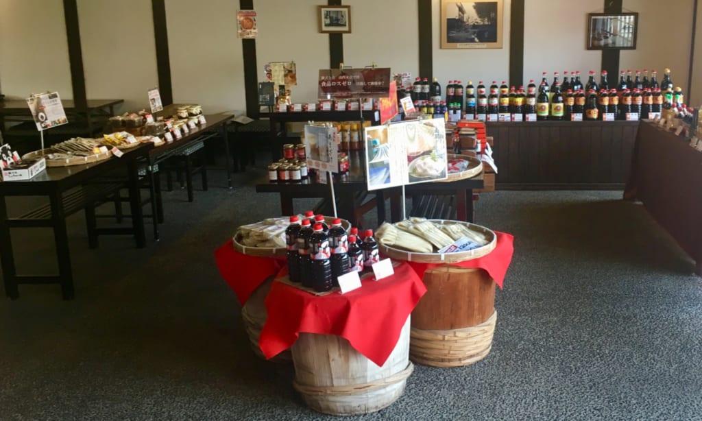L'intérieur de la boutique de Yamauchi Honten : un grand choix de sauces soja, une spécialité de Kumamoto