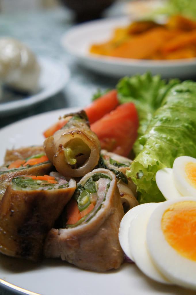 Un des plats préparés par Mme Yonemura : légumes et plantes locales roulées dans une fine tranche de viande