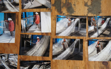 Photographies des époux Igata, en train de fabriquer des nouilles somen dans la cour