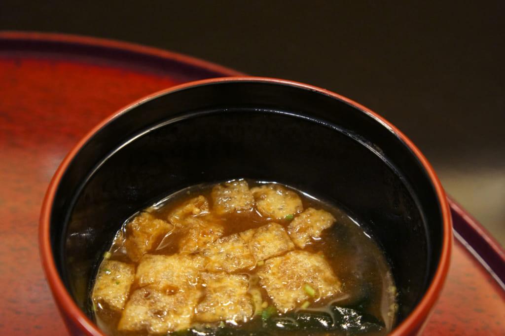Nankan age dans un bol de soupe miso