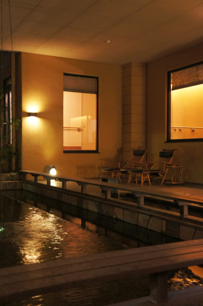 L'espace de l'ashiyu du ryokan Seiryuso de Yamaga Onsen