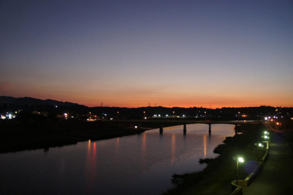 Vue de nuit sur la rivière depuis la terrasse au ryokan Seiryuso de Yamaga Onsen