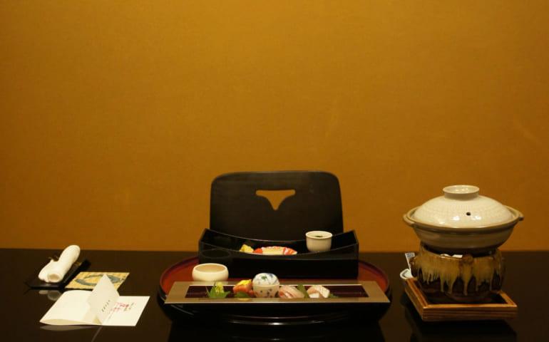 Table dressée pour le dîner kaiseki au ryokan Seiryuso de Yamaga Onsen