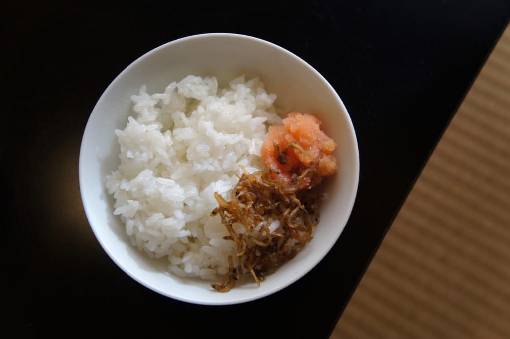 Petit déjeuner japonais : riz, mentaiko et poissons séchés