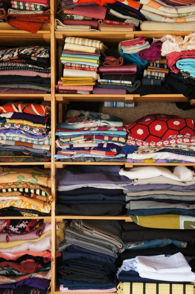 Les étagères remplies de kimonos anciens