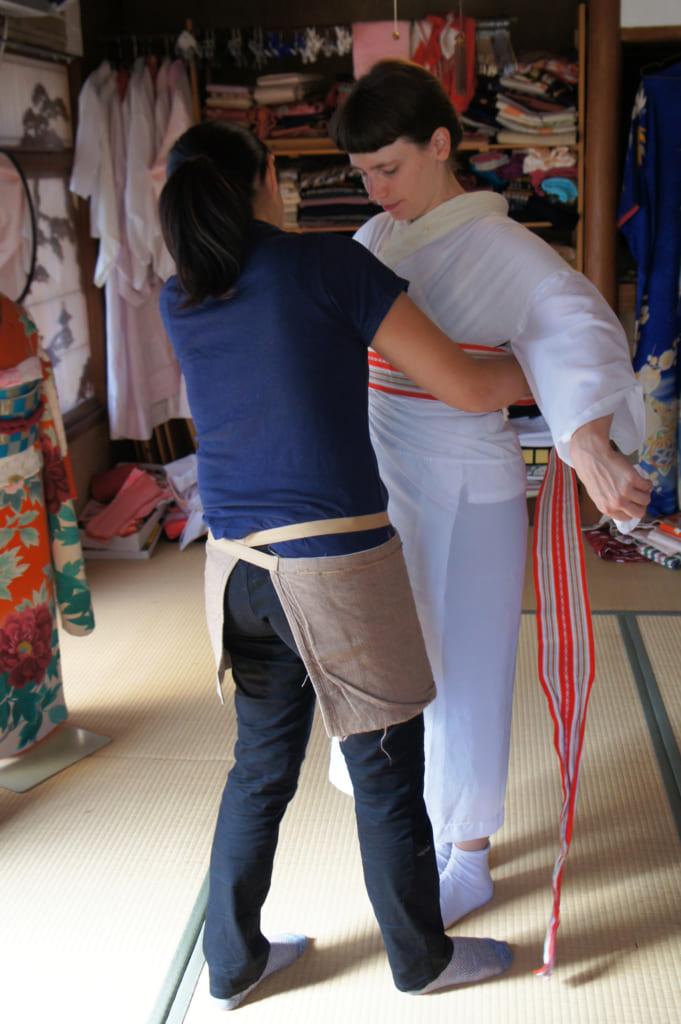 Risa, ajustant le sous-kimono blanc de Clémentine