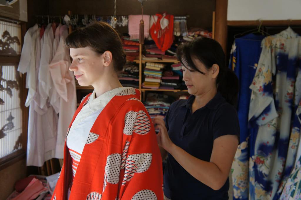 Risa, fixant le col du kimono dans le dos de Clémentine