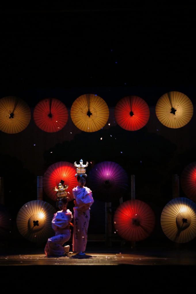 Danseuses dans la pénombre, on voit leurs lanternes illuminées de l'intérieur