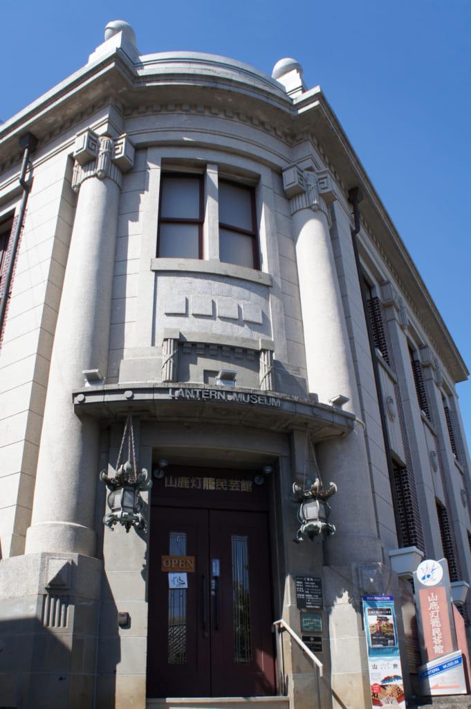 La façade du musée des lanternes de Yamaga, une architecture de type occidental, en pierre blanche