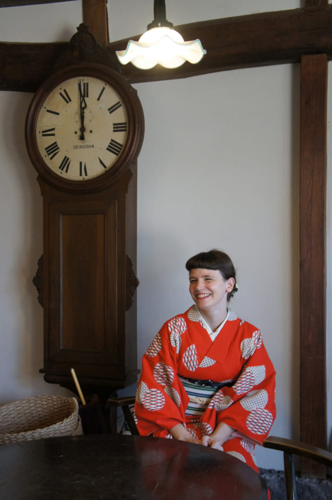Clémentine en kimono à l'intérieur du Antique & Café Ide