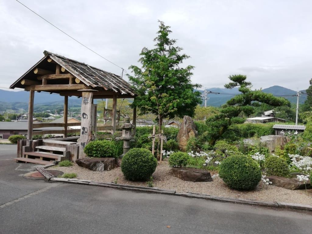 Magnifique jardin japonais et bain onsen dans les jardins du ryokan Kafutei
