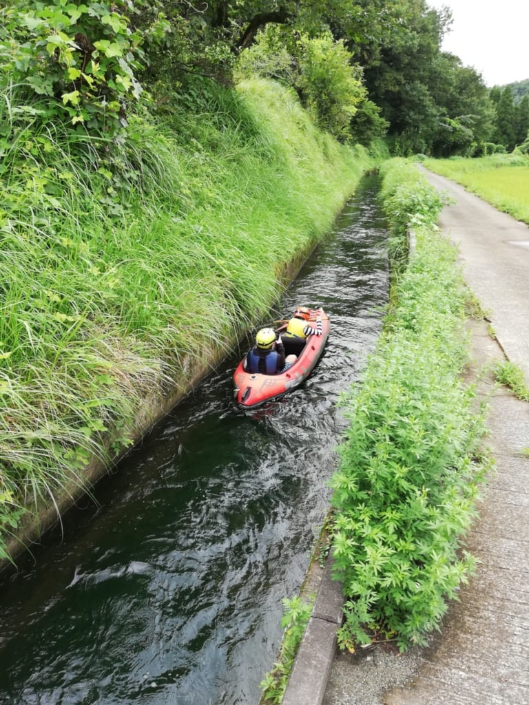 Canoe kayak naviguant dans un des canaux d'irrigation de kikuchi, à Kumamoto