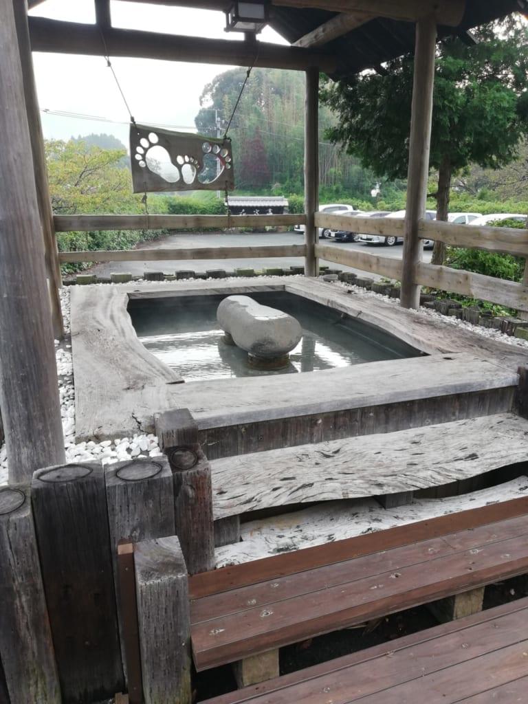 Bain de pied onsen à l'extérieur du ryokan Kafutei