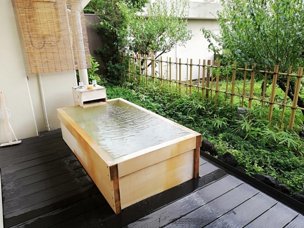 bain onsen privatif sur la terrasse d'une chambre du ryokan Kafutei