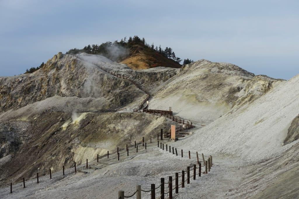 Les terres blanches et arrides du kawarage jigoku dans la préfecture d'Akita