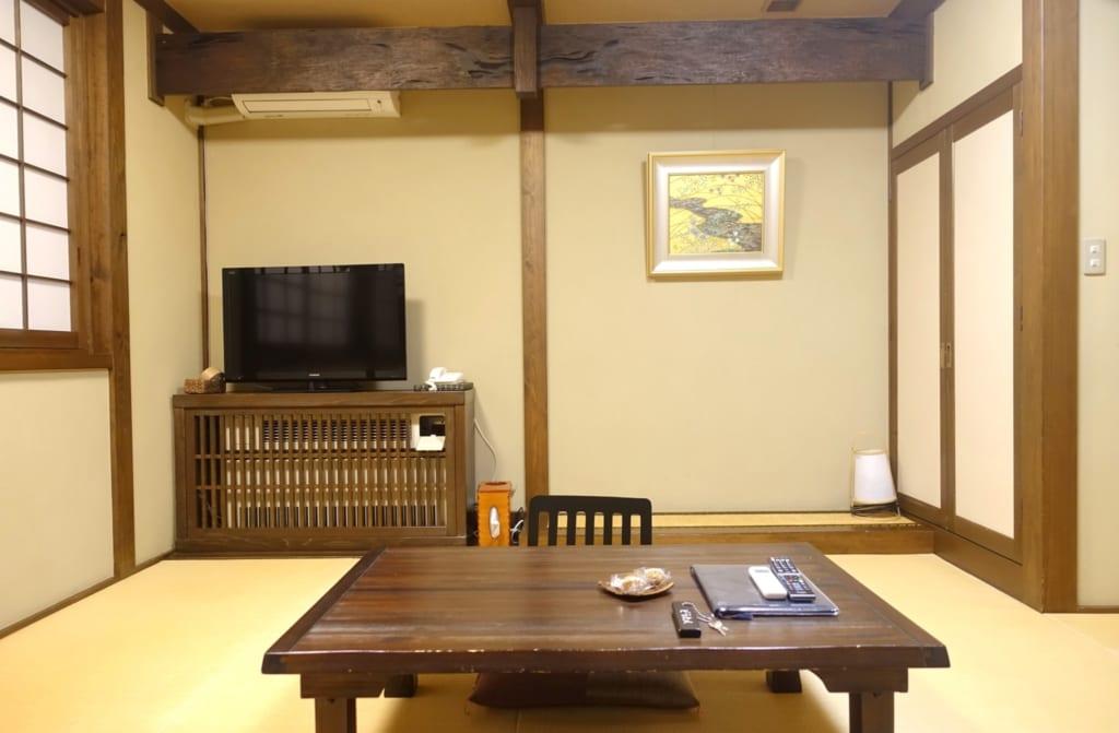 Le salon du ryokan aux poutres apparentes