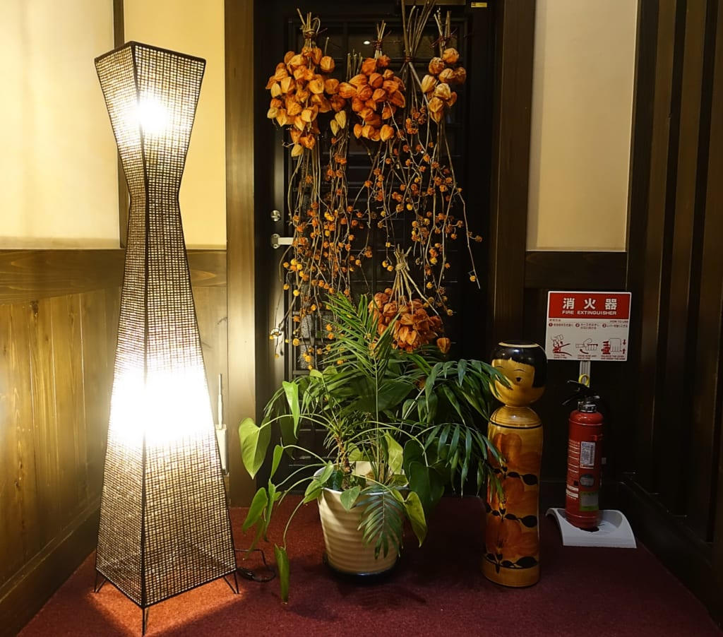 Décorations de saison dans les couloirs du ryokan Yunoyado Motoyu club