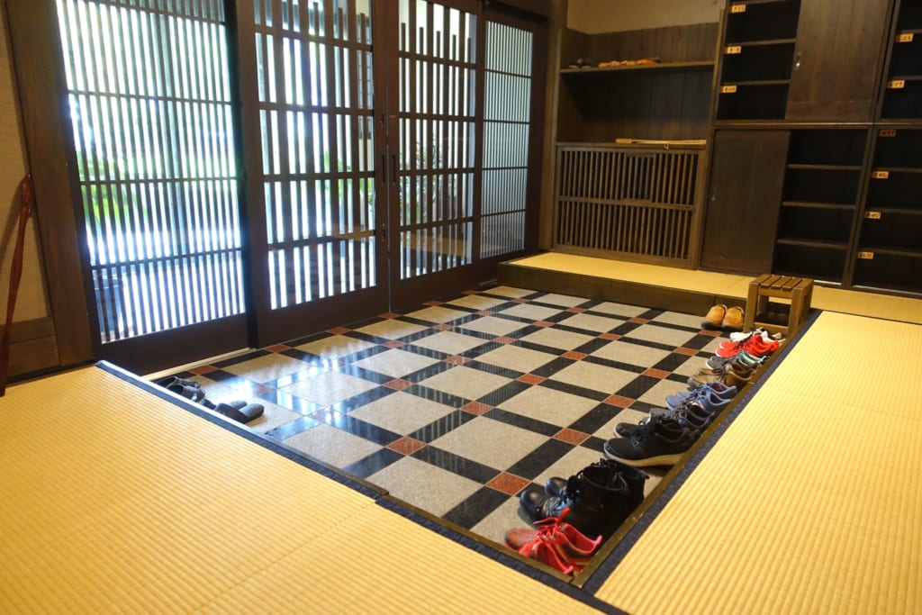 Hall d'entrée du ryokan Yunoyado Motoyu club où l'on se déchausse