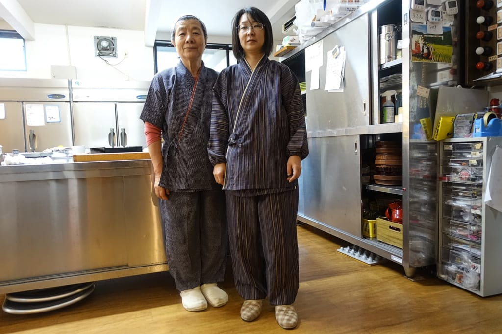 Gérants du ryokan Yunoyado Motoyu club à Yuzawa dans la préfecture d'Akita