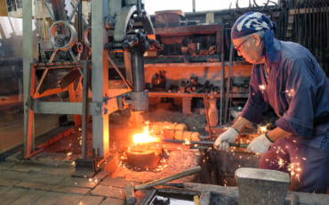 Les étincelles jaillissent dans la forge tandisque que M. Matsunaga martelle le fer qui deviendra bientôt la lame d'un katana