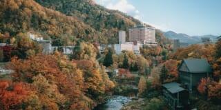 Le village de Jozankei, à Hokkaido, durant l'automne