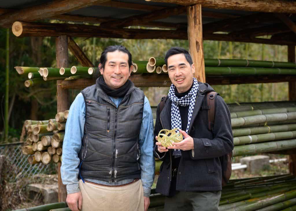 Turista insieme a un artigiano del bambù