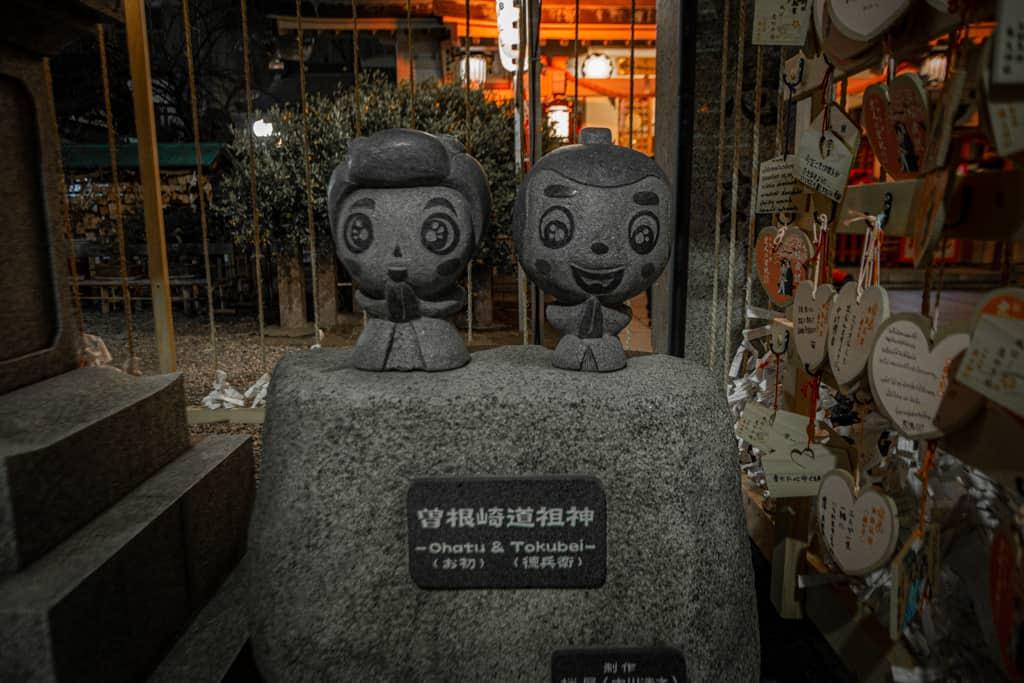 L'incantevole statua di Ohatsu e Tokubei. Santuario Ohatsu Tenjinja, Osaka