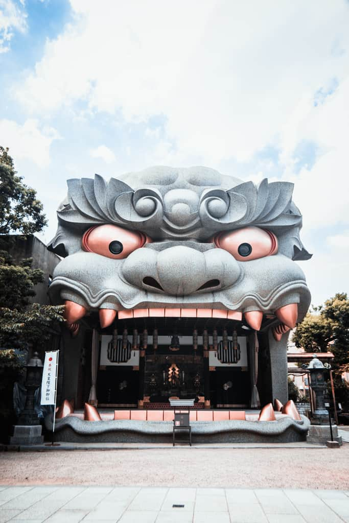 Edificio a forma di testa di leone nel Santuario di Yasaka Namba, Osaka