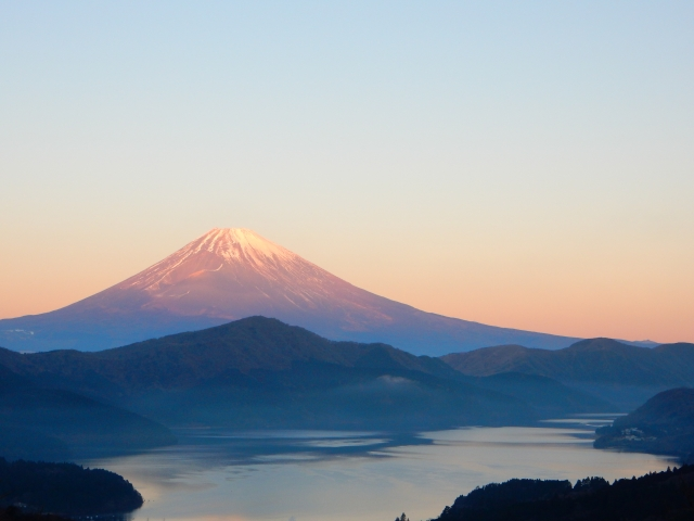 view of Mt Fuji and a lake in Hakone