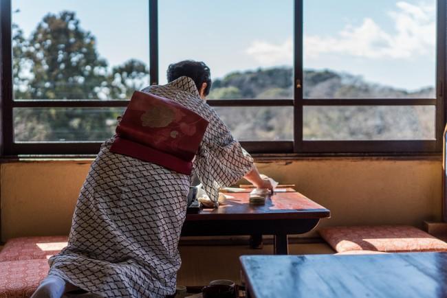 Soba Restaurant in Kamakura: Rai Tei , worker sets up tables