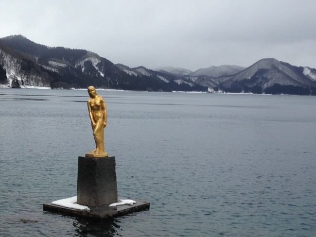 Golden statue on top of the lake that's great for sightseeing near the beach.