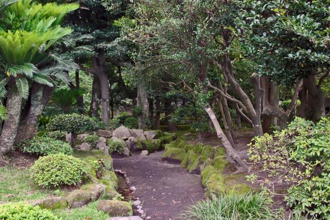 Sengan-en garden with a dirt path and many trees in Kagoshima.
