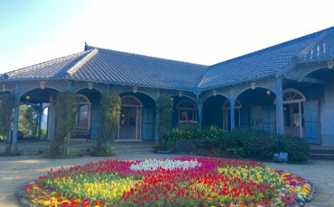 Glover Garden entrance with a circle full of color coordinated arranged flowers.