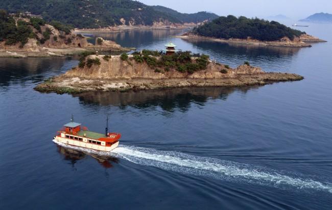 Boat passing a strait to Sensuijima