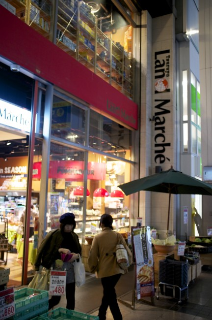 Shimotori Shopping arcade is also host to several western foods such as McDonalds, Starbucks, and Baskin & Robbins