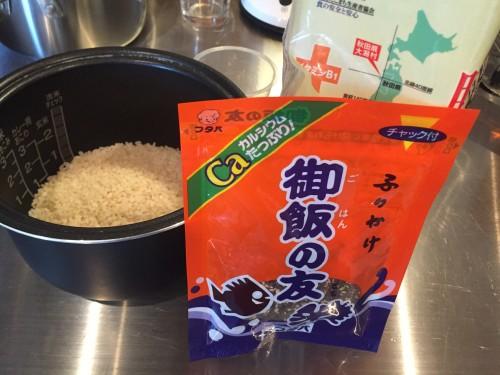 Making Gohan no tomo brand furikake (type of food seasoning) sprinkled on rice. Available in Kumamoto only