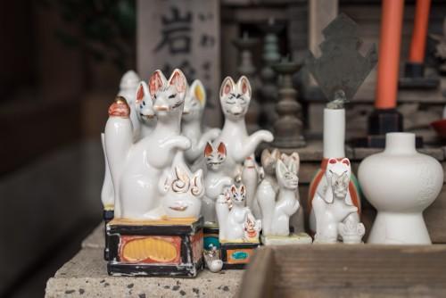 Kitsune statues at a shrine near Gionyama hiking course in Kamakura.