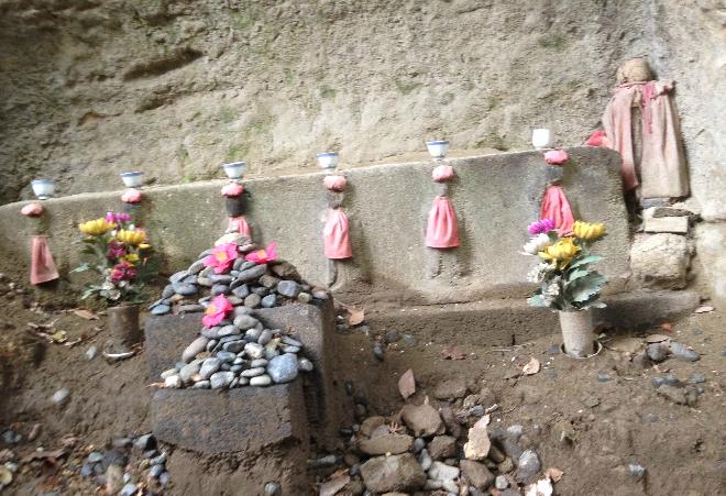 Walking through the temple: Kamegayatsuzaka Pass
