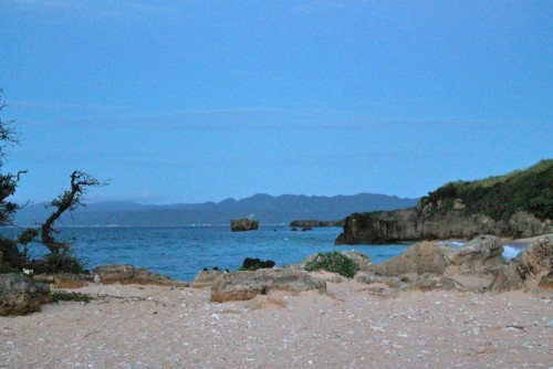 Kouri Beach in Okinawa offers emerald-blue shallow waters where you can enjoy swimming, snorkeling and diving.