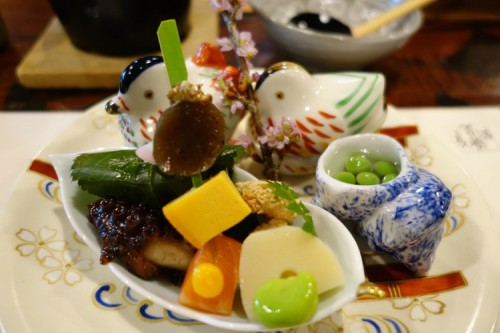 Then came Hassun (八寸), the second course with a sushi and four little dishes, carefully arranged to show the theme of the season.