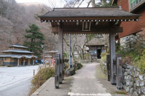 Gomuso no Yu is a public bath house located just to the left of the shrine