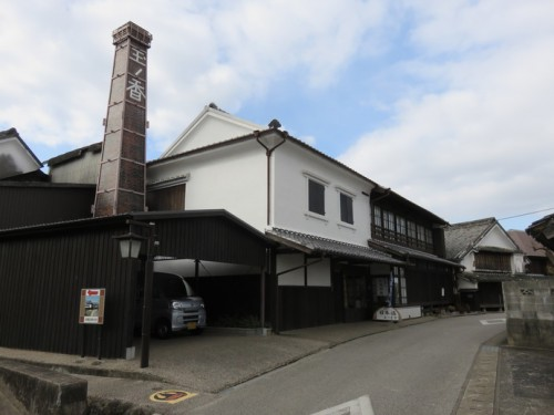 There are several breweries along Sakagura Avenue, in the Hizenhamashuku.