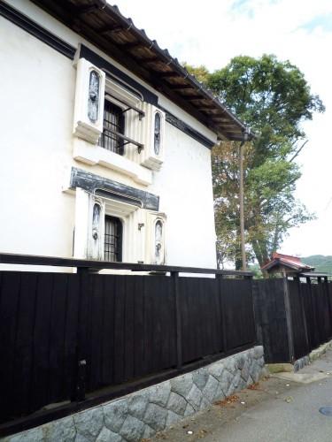The architecture Murakami's chonin neighborhood.