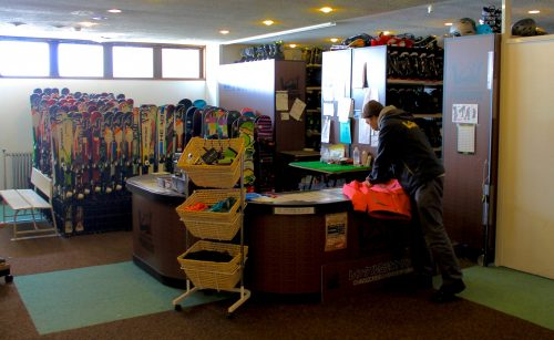 Both the Manza Prince Hotel and its sister Manza Kogen Hotel offer full-service ski and snowboard rentals