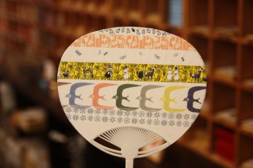 Customize your own fan for free at Nyochikudo in Kurashiki, Okayama.