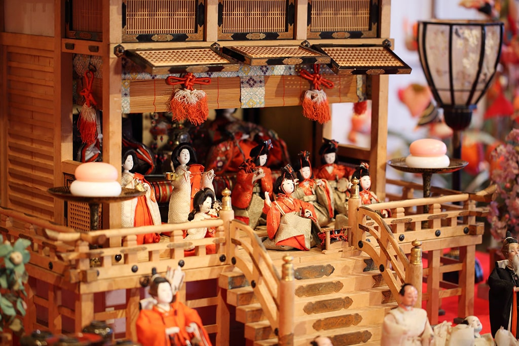 Details of traditional decorations of Hina Matsuri in Shizuoka: many small dolls in front of imperial couple